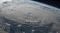 ''Denizlerde yakından bir tropikal stormun geçişini izlemek, hayat boyu unutulmayacak bir anı/maceradır.'' Yaklaşmakta olan bir stormu en erken haber veren belirti uzun ölüdenizlerdir (swells). Tropikal siklon olmadığı zamanlar, derin Atlantik...