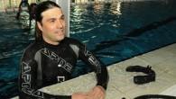 """Çanakkaleli milli sporcu Sertan Aydın, 79.93 metrelik dereceyle """"Su Altında Tek Nefeste En Uzun Mesafe Yürüme Dünya Rekoru""""nun yeni sahibi oldu. Aydın, Anafartalar Olimpik Yüzme Havuzu'nda Guinnes temsilcilerinin de katıldığı..."""