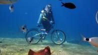 Fethiye'de denizin dibinde vücutlarına 12'şer kilo ağırlık bağlayan 2 dalgıç, bisikletlere binerek pedal çevirdi. Muğla'nın Fethiye ilçesinde iki dalgıç su altına indirdikleri bisikletle gezinti yaptı. Fethiye Körfezi'ne 45 dakika mesafedeki...
