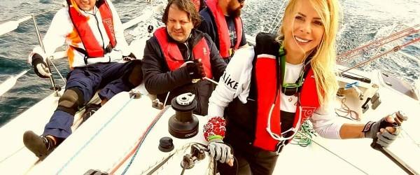 Dünyadaki hiçbir yelkenli rüzgara karşı direkt seyredemez. Bu yüzden rüzgar üzerinde olan hedefe ulaşabilmek için yelkenliler, seyir sırasında devamlı 90 derecelik dönüşler yaparak rüzgar üstüne doğru tırmanırlar. Mavi kalpli denizcilerin...