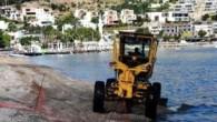 Muğla'nın Bodrum ilçesinde Belediye ekipleri, olumsuz hava şartları nedeniyle çöp ve yosunların birikmiş olduğu sahillerde temizlik yapıyor. Bodrum Belediyesi Fen işleri Müdürlüğü ekipleri, şiddetli rüzgar ve dalgalar nedeniyle kirlenen Kumbahçe...