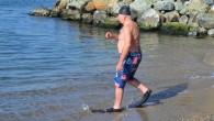 Yalova'nın Çınarcık ilçesine bağlı Esenköy beldesinde yaşayan 70 yaşındaki Adem Tüccar, kışın soğuğuna aldırmadan her gün denize girip günlük sporunu yapıyor. İlçe merkezindeki sahilde Şubat ayı ortasında soğuk havaya aldırış...