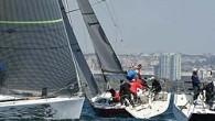 """""""Benzer Tekneler Yarışı""""nda ilk gün 9 Farr 40'ın katılımı ile hedeflenen üç yarış yapıldı. Başlarda 8 knot'lık hafif kuzeyli rüzgar, sonraları 20 knot'a kadar yükseldi. Erhan Uzun dümenciliğindeki FarrFara 5-1-3'lük..."""