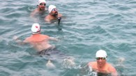 Kuzguncuk sahilinde bir araya gelen 30 yüzücü, dondurucu soğukta denize girdi. Her hafta soğuk sularda denize girdiklerini belirten yüzücüler, İstanbullular'ın sokağa çıkmaya çekindiği soğuk havalarda mayolarını giyerek Boğaz'ın tadını çıkardı....