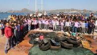 """Bodrum Belediye Başkanı Mehmet Kocadon önderliğinde """"Denize En Çok Mavi Yakışır"""" sloganıyla başlatılan deniz dibi temizlik etkinliği Yalıkavak Mahallesi'nde devam etti. Bodrum Belediyesi'nin ödüllü sosyal sorumluluk projesi kapsamında denizlerimizin temiz..."""
