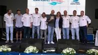 Bu yıl üçüncüsü düzenlenen İzmir Körfez Festivali, İzmirlileri bir kez daha denizle ve yelken sporuyla buluşturdu. İzmir Körfezi'nde yaklaşık 400 sporcunun katıldığı yarışların tamamlanmasının ardından başarılı olan ekiplere tarihi Havagazı Fabrikası'nda düzenlenen programla ödülleri verildi. Yat sınıfında Genel Katagoride kupanın […]